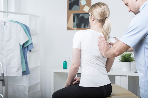 Bolit-spina-v-oblasti-lopatok-obsledovanie-u-doktora
